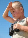 Criança e binóculos Foto de Stock Royalty Free
