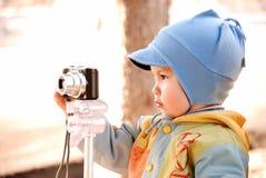 Criança e câmera Fotos de Stock Royalty Free