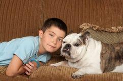 Criança e cão imagem de stock