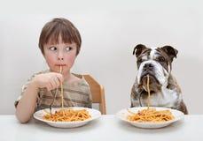 Criança e cão Foto de Stock Royalty Free