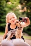 Criança e cão de Selfie imagens de stock royalty free