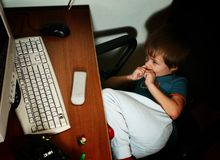 Criança e computador pessoal imagens de stock royalty free