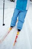 Criança e esqui através dos campos Imagem de Stock Royalty Free