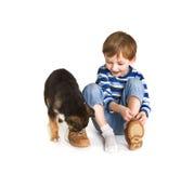 Criança e filhote de cachorro Foto de Stock Royalty Free
