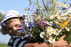 Criança e flores fotografia de stock