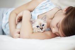 Criança e gatinho foto de stock