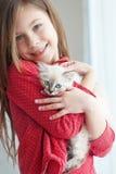 Criança e gatinho fotografia de stock royalty free