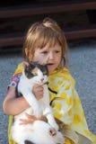 Criança e gato Fotos de Stock Royalty Free