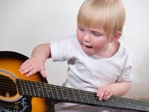 Criança e guitarra Fotografia de Stock Royalty Free