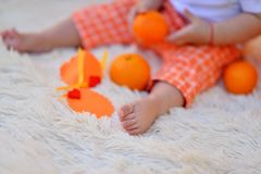Criança e laranja Fotos de Stock