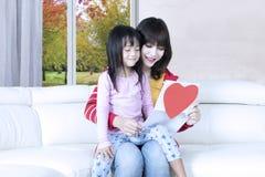 A criança e a mãe leram a letra Fotos de Stock Royalty Free