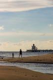 Criança e matriz na praia Foto de Stock Royalty Free
