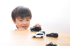 Criança e mini carro imagem de stock