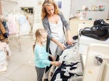 Criança e mulher em uma loja das crianças fotos de stock