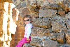 Criança e o castelo foto de stock royalty free