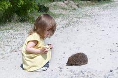 Criança e o hedgehog Imagem de Stock