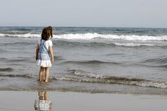Criança e oceano Fotografia de Stock Royalty Free