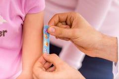 Criança e pediatra Fotos de Stock Royalty Free