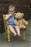 Criança e peluche imagem de stock
