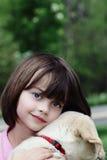 Criança e seu filhote de cachorro foto de stock