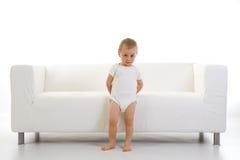 Criança e sofá Fotos de Stock