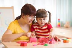 Criança e terapeuta que jogam com brinquedo a areia Trabalhos do psicólogo, terapia da areia Imagens de Stock