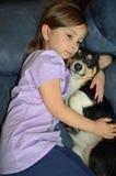 Criança e um Corgi Fotografia de Stock Royalty Free