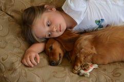 Criança e um Dachshund Fotografia de Stock Royalty Free