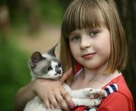 Criança e um gato. Imagens de Stock Royalty Free