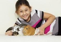 Criança e um grupo de roedores Imagem de Stock