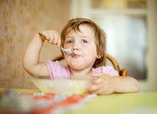 A criança ele mesmo come com colher Imagens de Stock