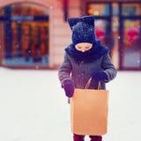 Criança elegante, menino na compra na estação do inverno Imagens de Stock Royalty Free