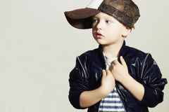 Criança elegante pequeno à moda Fashion Children Estilo do hip-hop isolate Imagem de Stock