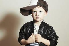 Criança elegante rapaz pequeno à moda no tampão do perseguidor Fashion Children Foto de Stock Royalty Free