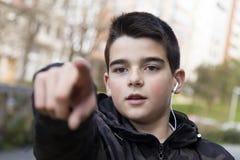 Criança em apontar da rua imagens de stock