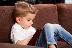 Criança em casa que joga Imagem de Stock Royalty Free