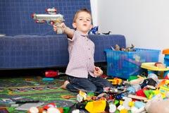 Criança em casa que joga Imagens de Stock Royalty Free