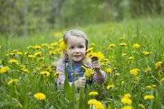 Criança em flores amarelas Foto de Stock Royalty Free