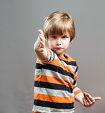 Criança em idade pré-escolar bonito que finge lutar Imagem de Stock