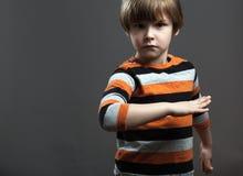 Criança em idade pré-escolar bonito que finge lutar Imagens de Stock Royalty Free