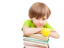 Criança em idade pré-escolar com livros e maçã Foto de Stock