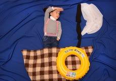 Criança em um barco temporário no mar Fotos de Stock Royalty Free