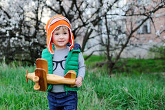 Criança em um capacete do piloto Imagens de Stock Royalty Free