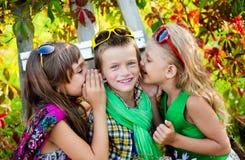 Criança em um dia de verão bonito foto de stock