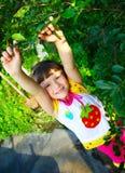 A criança em um jardim Imagens de Stock Royalty Free