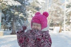 Criança em um jogo do inverno Imagens de Stock Royalty Free