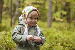 Criança em um lenço na floresta Fotografia de Stock Royalty Free