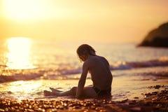 Criança em um litoral Fotos de Stock