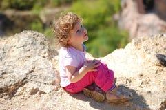 Criança em um penhasco imagem de stock