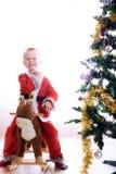 A criança em um terno do gnomo do Natal imagens de stock